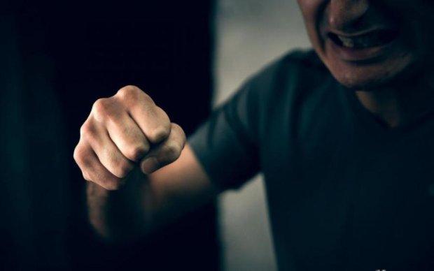 Не для слабонервных: неадекватный папаша жестоко избил ребенка, видео