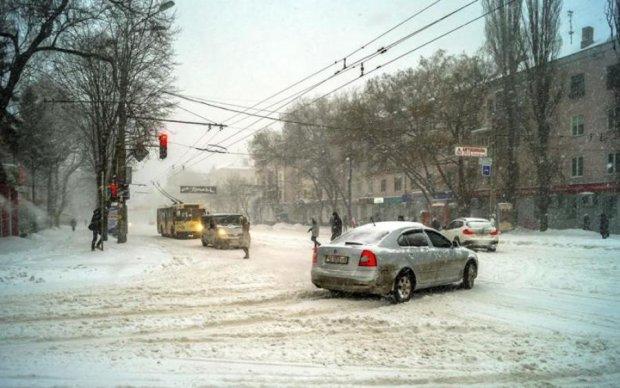 В троллейбусе, как на улице: украинский транспорт заметает изнутри