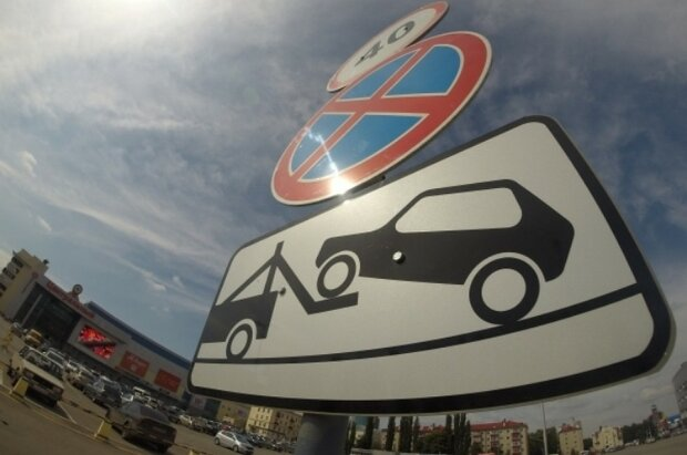 В 2020 водители начинают жить по новым-старым законам: в Киеве снова запретили парковку на 19 улицах