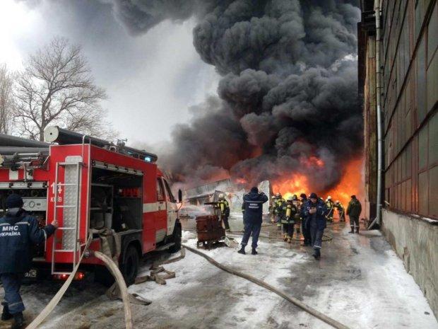 Паніка, крики та пекельне полум'я: у Києві масштабна пожежа сіє смерть, перші кадри