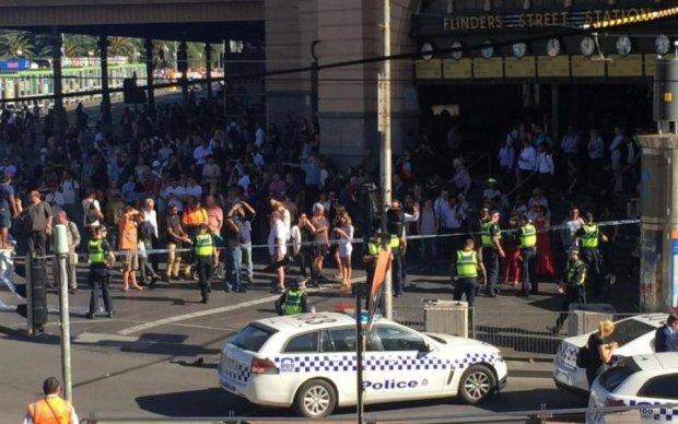 Автомобиль врезался в толпу пешеходов, многочисленные жертвы: видео
