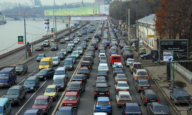 Київ загруз у величезних заторах, водіям нелегко: де краще об'їхати