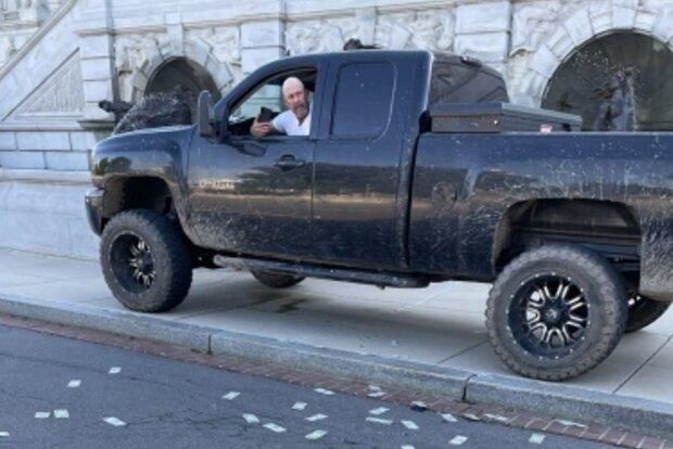 Чоловік погрожує вибухом у Вашингтоні, кадр з відео