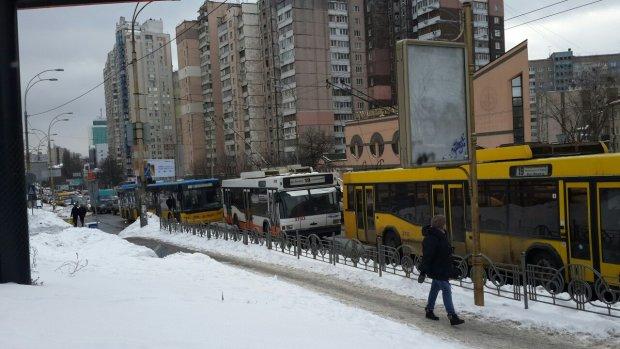 Пробил головой стекло, все в крови: киевский троллейбус открыл двери в ад