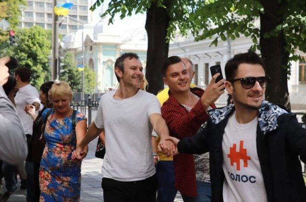 """Вакарчук устроил перформанс под стенами Верховной Рады: """"От этого зависит жизнь каждого"""""""