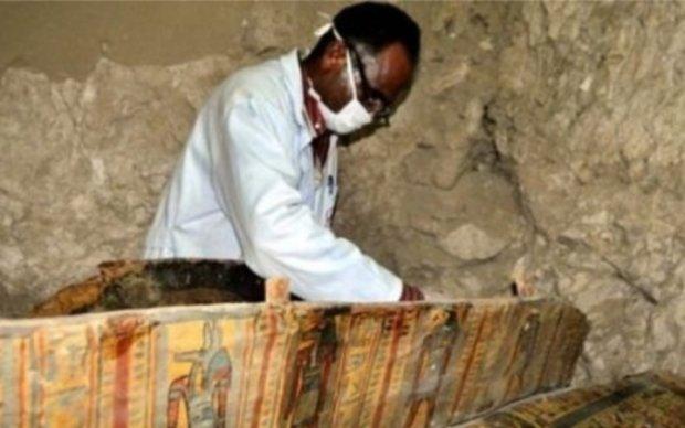 Археологи розкопали древню гробницю з шістьма багатовіковими муміями