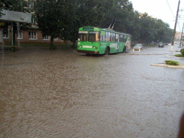 Вулиці Хмельницького перетворилися на річки після чергової зливи - тепер тільки вплав