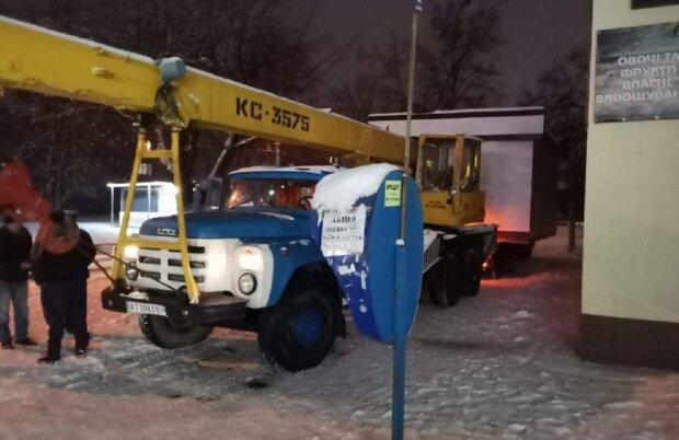 Во Франковске демонтировали киоск, фото: Facebook Виктория Сусанина