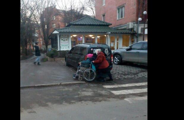 """На Буковине олень парковки заставил женщину мучиться с инвалидной коляской, злости не хватает: """"Купил за кусок сала"""""""