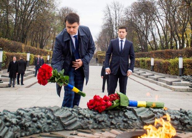 Зеленский облачился в траурную одежду и едва сдержал слезы, Гончарук с Разумковым  не могли не поддержать