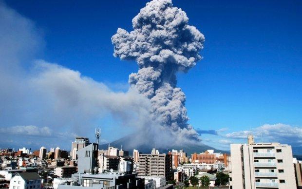 Кілометри попелу: в Японії прокинувся гігантський вулкан