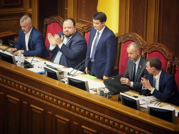 """У Раді засікли депутатів за цікавим заняттям: на що """"проміняли"""" Разумкова"""