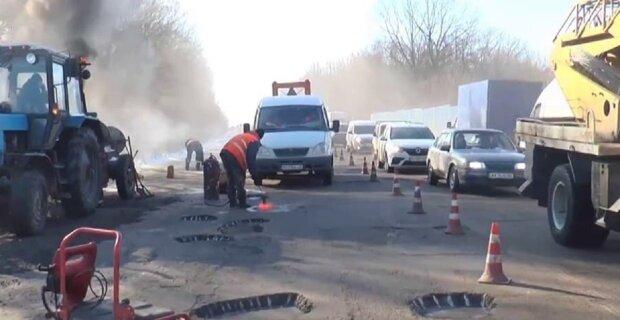 Окружная дорога на Харьковщине усыпана ямами, кадр из репортажа Джедаи: YouTube