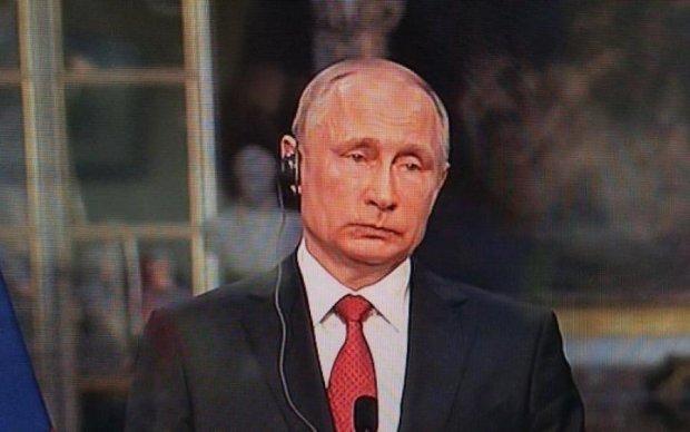 Обломался и переминался: пользователи потроллили выражение лица Путина на встрече с Макроном