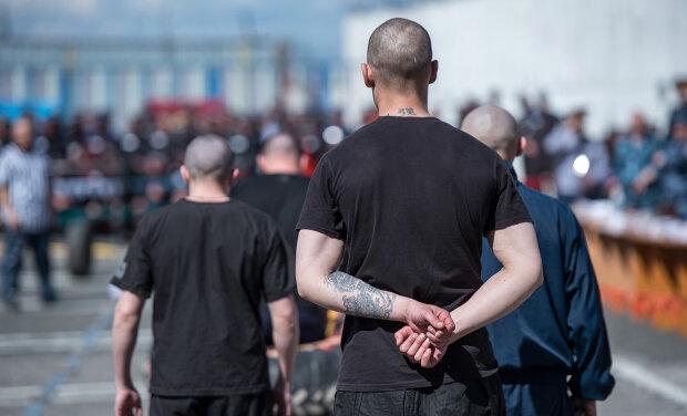 В Одессе тюремный врач попался на горячем: снимал робу в обмен на конверт, законы не писаны