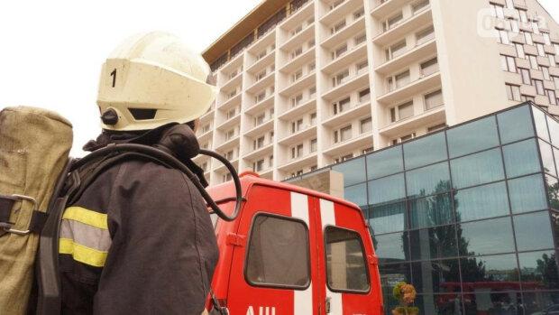 В Запорожье вспыхнул отель с десятками туристов - дым, паника, люди выбегали в одних тапочках