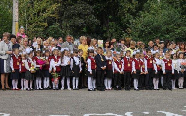 Массовый обморок детей в одной из школ переполошил всю Украину