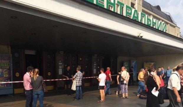 """""""Підривник"""" евакуював київський залізничний вокзал"""