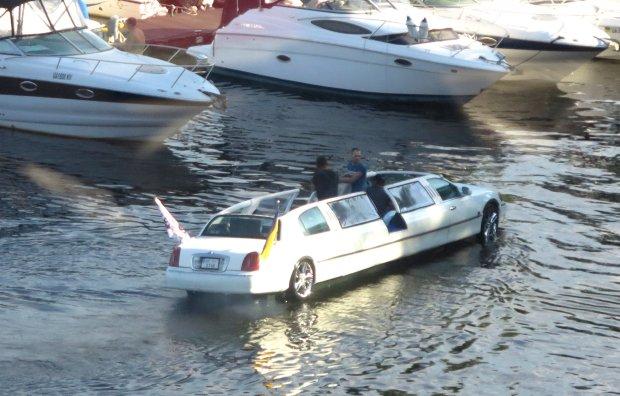 Киевлян отправят в плавание на лимузине: вы не ослышались, - чудо техники уже на воде