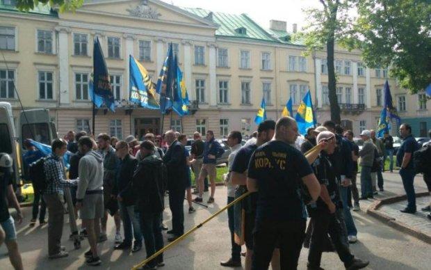 Националисты пришли под Львовский облсовет требовать амнистии