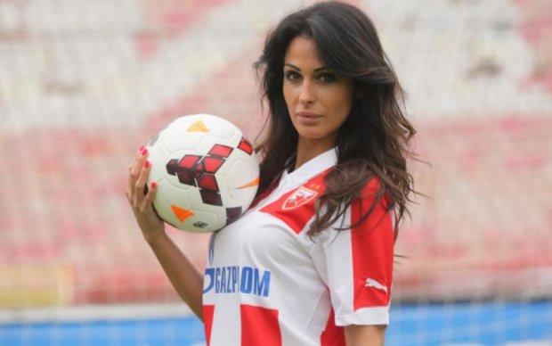 Очаровательная ведущая покоряет сердца фанатов сербской Црвены Звезды