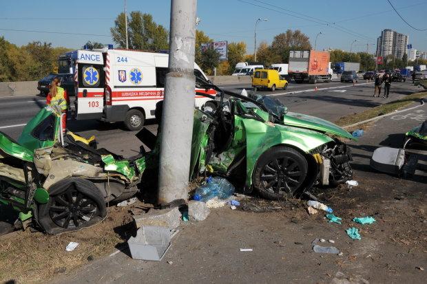 Труп собирали по частям: в Одессе Mersedes на бешеной скорости снес пешехода и врезался в дерево