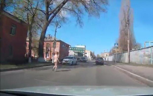 Голий росіянин бігав по дорозі, намагаючись вступити у зв'язок з усім рухомим: відео