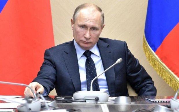 """Трамп """"поздравил"""" Путина с Днем Победы новыми санкциями"""