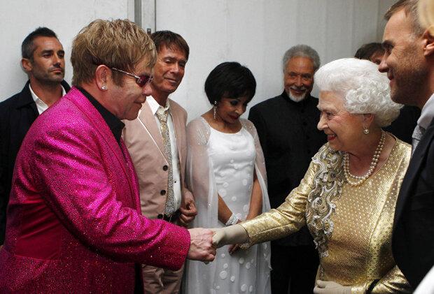 """Элтон Джон рассмешил давней историей о пощечине от королевы Елизаветы II: """"Не спорь со мной"""""""