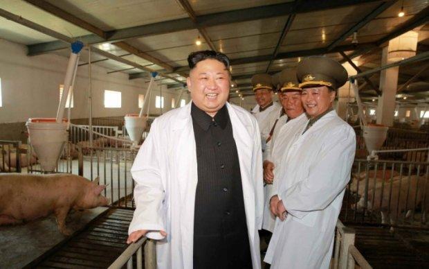Другий зліва: рожевощокого Кім Чен Ина сфотографували в оточенні свиней