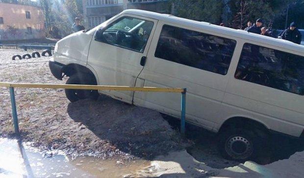 На столичном Лесном массиве машина провалилась под землю (фото)