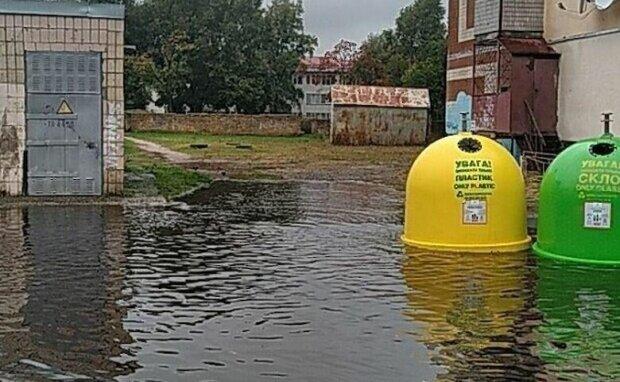 Уплыли вместе с мусором – в Киеве дворы лишились контейнеров из-за ливня