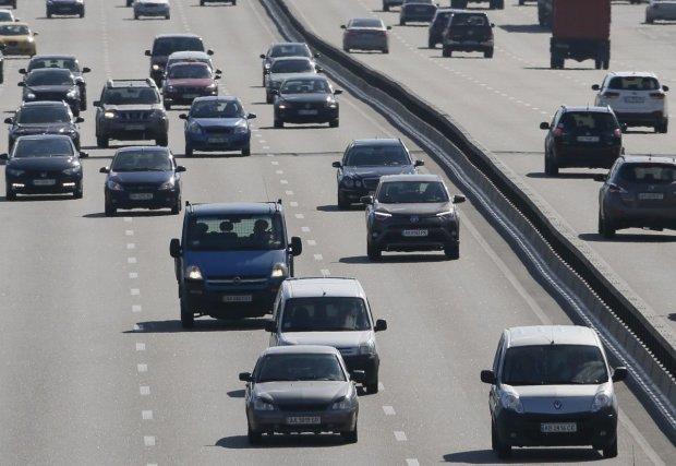 Гигантская трещина превратила шоссе в два: украинцы делятся жуткими фото
