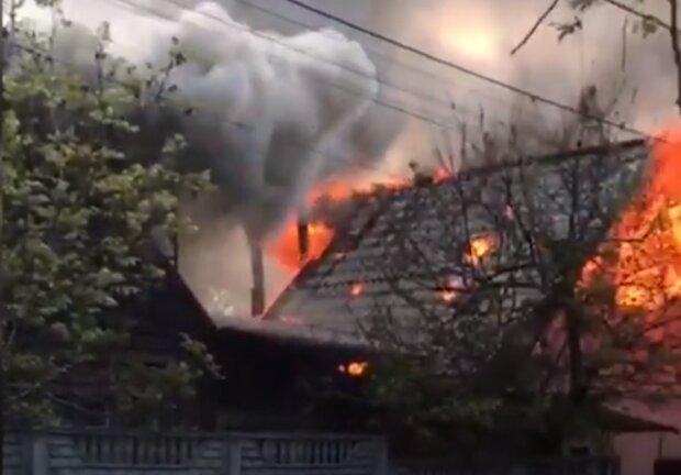 горящий дом, скриншот из видео