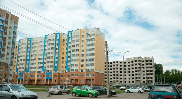 У Києві чоловік погрожував зістрибнути з даху разом із копами: знімали усім містом, відео переполоху