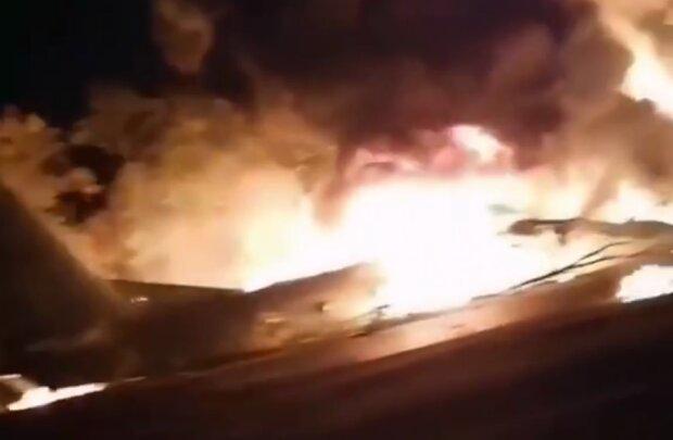 Как сейчас выглядит место авиакатастрофы АН-26 в Чугуеве: украинцы не сдерживают слез и несут цветы