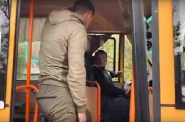 Молодий ветеран Азова без ноги провчив нахабного водія маршрутки, скрін з відео