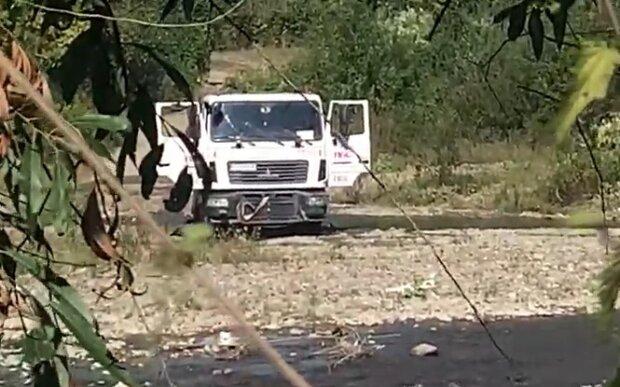 Водій вантажівки миє авто прямо у річці, скріншот з відео
