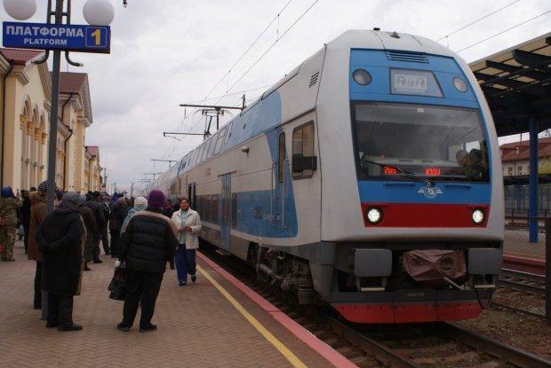 """""""Людей возять гірше, ніж худобу"""": українці показали снігові кучугури у потязі """"Київ-війна"""""""