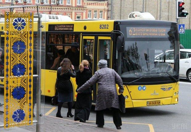 У Києві іномарка влетіла в трамвай з пасажирами: фото з місця аварії