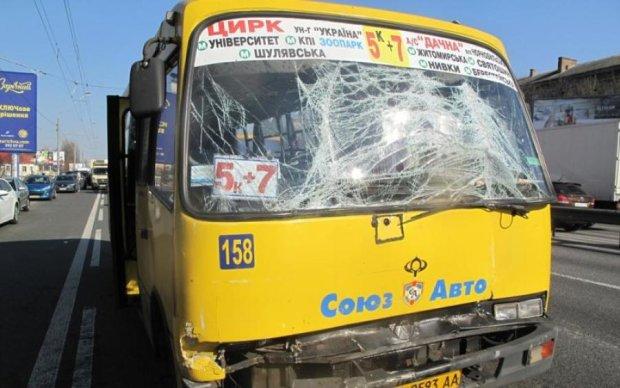 Відмовили гальма: київська маршрутка протаранила вантажівку