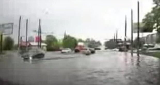 На Тернопільщині після потужної зливи ринок пішов під воду - ні людей, ні продуктів
