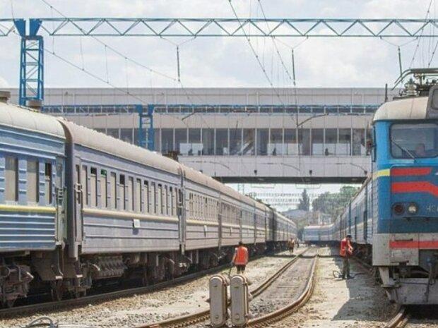 Не успел проскочить: в Запорожье легковик раздавило поездом, жуткие кадры