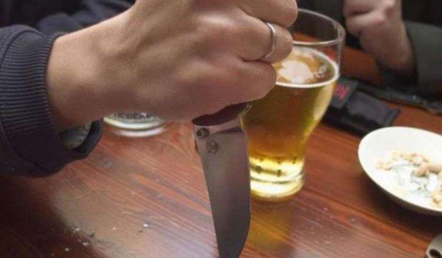 На Вінниччині п'яний пенсіонер встромив ніж у серце сина