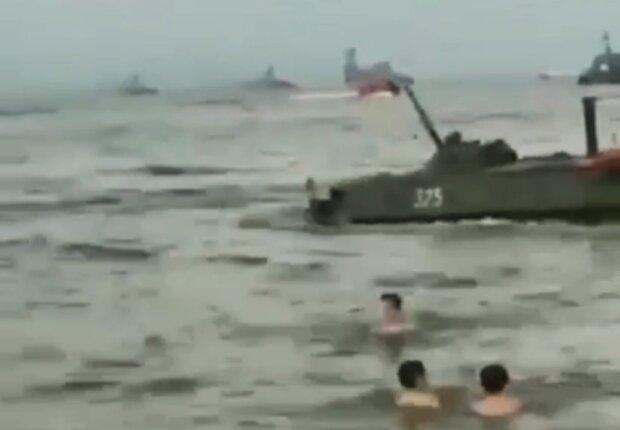 Військова техніка на пляжі у Каспійську, скріншот з відео