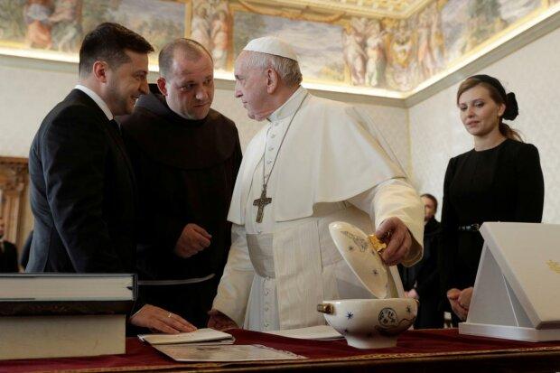 Зеленский на глазах у жены сделал Папе Римскому приятно, даже Буковинская икона помогла