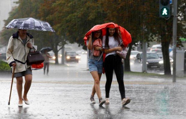 Погода на завтра покажет микс стихий: кому-то придется прятаться от ливня, а кому-то от жары +30