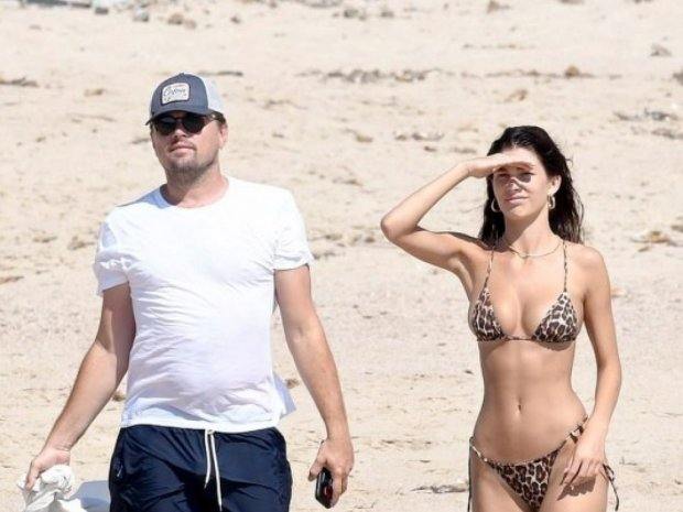 Ді Капріо поніжився на пляжі з гарячою брюнеткою: від фото течуть слинки