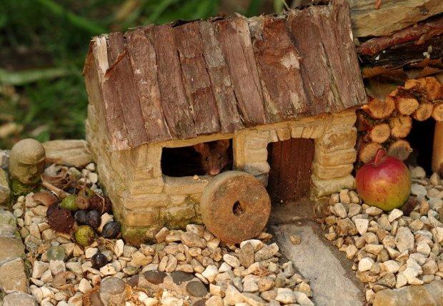Мимимишность зашкаливает: мужчина построил сказочную мышиную деревню в своем саду