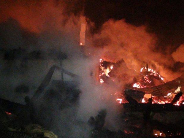 """В Карпатах сгорел """"Простоквашино"""", погиб человек: фото"""